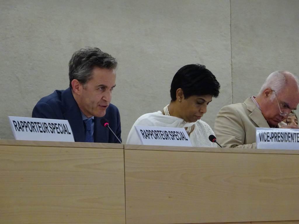 6月26日、ジュネーブの国連理事会で登壇するケイ特別報告者(左、三井美奈撮影)