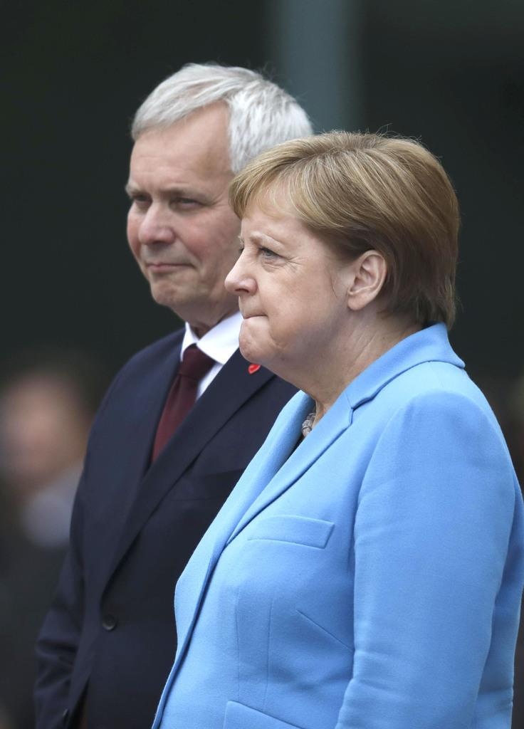 フィンランドのリンネ首相(左)の歓迎式典に参加したドイツのメルケル首相=10日、ベルリン(AP)