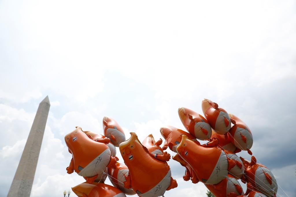 米ワシントンのモニュメント近くに浮かぶ風船「ベビー・トランプ」=4日(ロイター)