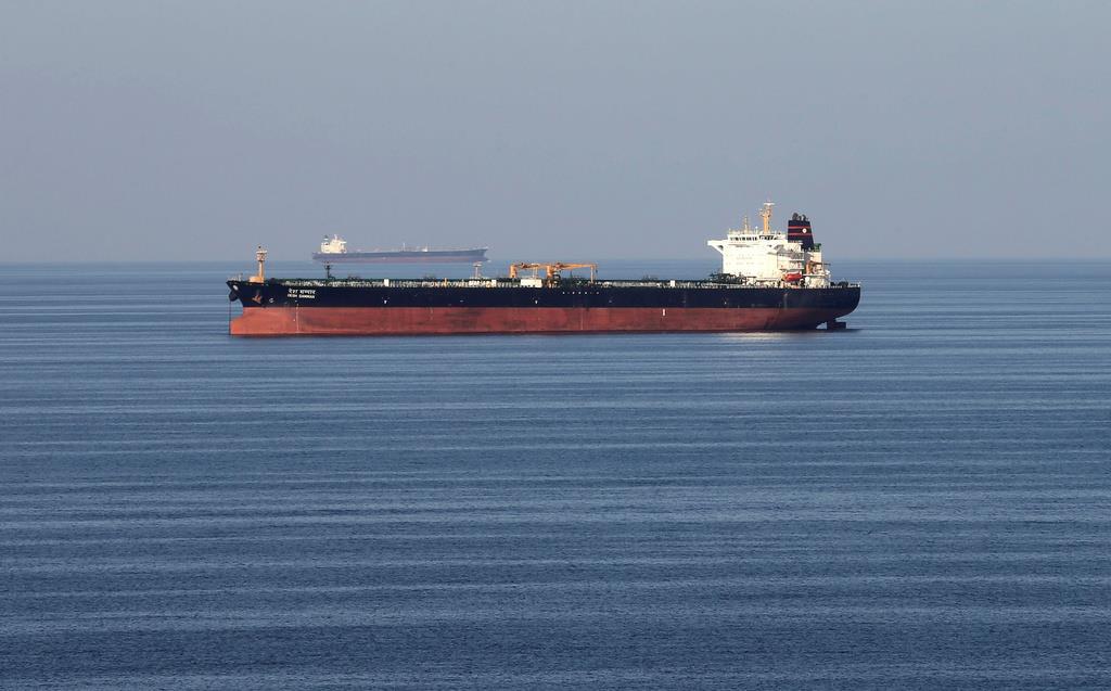 石油タンカーが往来するホルムズ海峡=2018年12月(ロイター)
