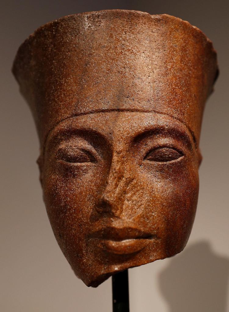 古代エジプトのツタンカーメン王の頭像=4日、ロンドン(ロイター)