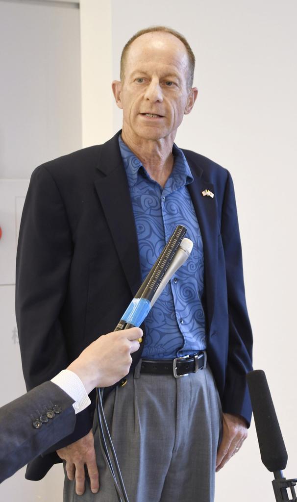 成田空港で取材に応じるスティルウェル米国務次官補=11日午後