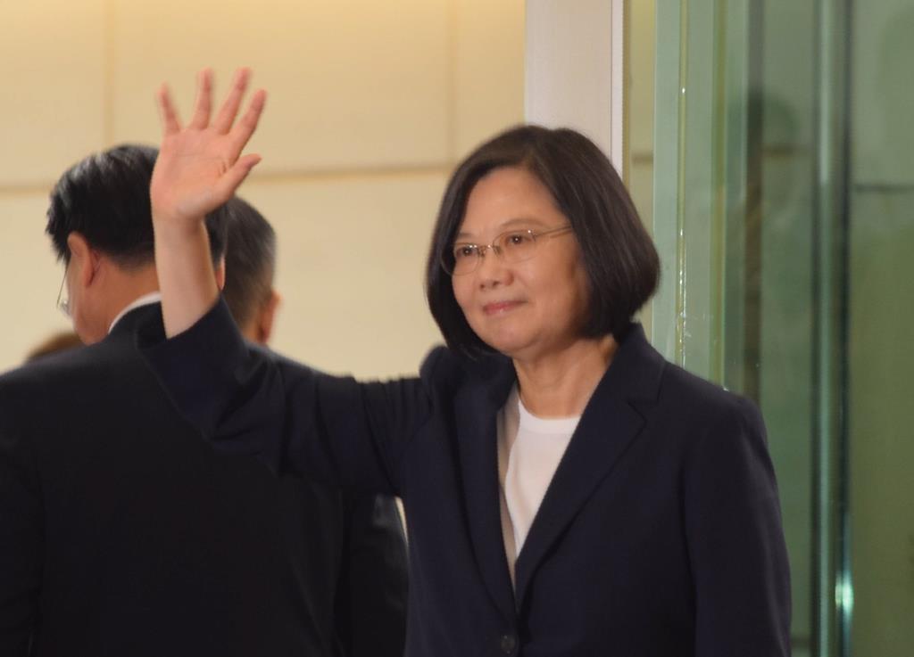 外遊の出発に際し、記者団に手を振る蔡英文総統=11日、台湾北西部の桃園国際空港(田中靖人撮影)