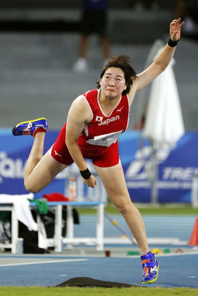 女子やり投げ決勝 60メートル15で銀メダルを獲得した北口榛花=ナポリ(共同)
