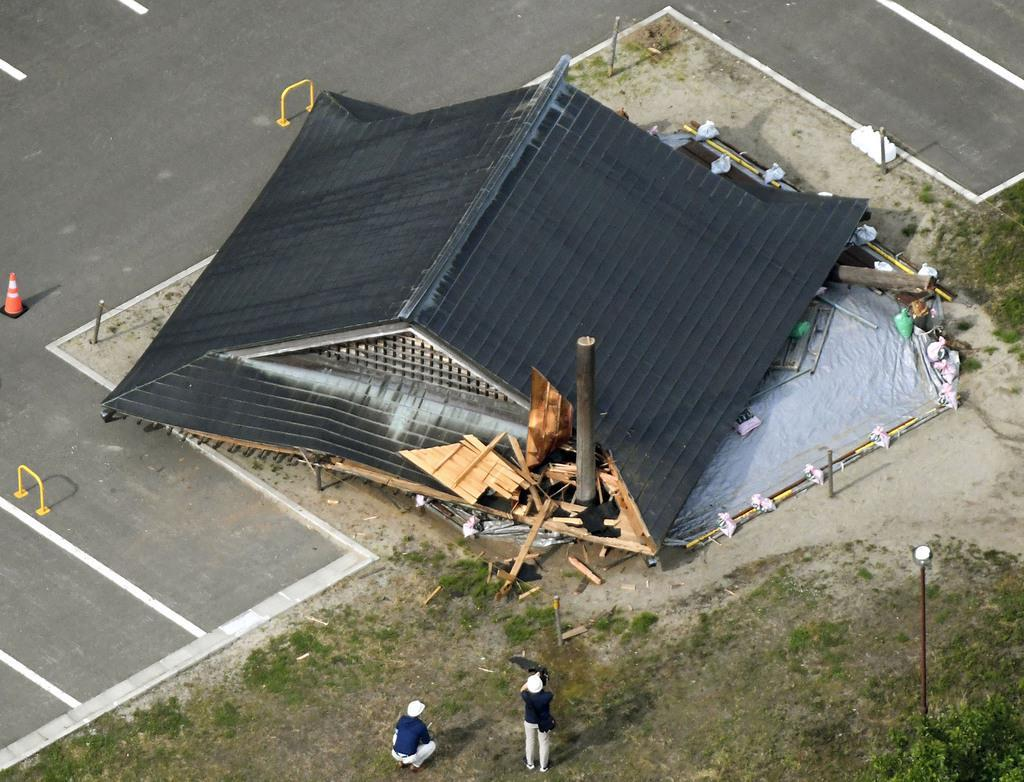 地震により倒壊した山形県鶴岡市立大泉小の相撲場(共同通信社機から)