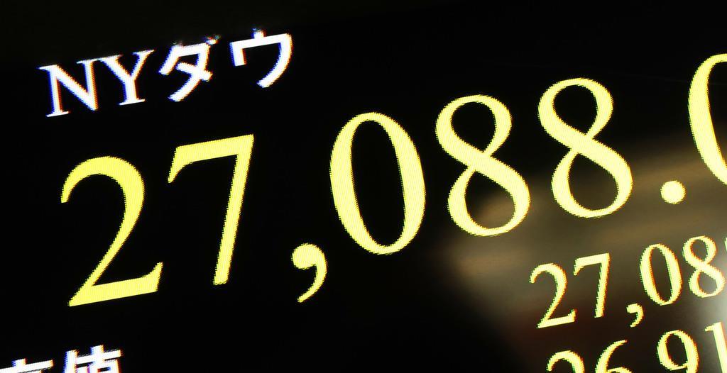 最高値を更新し、2万7000ドルを上回ったダウ工業株30種平均を示すモニター=12日午前、東京・東新橋