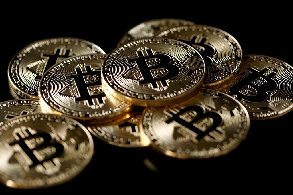 暗号資産(仮想通貨)の一つ「ビットコイン」のロゴマークをあしらったメダル=2017年12月撮影(ロイター)