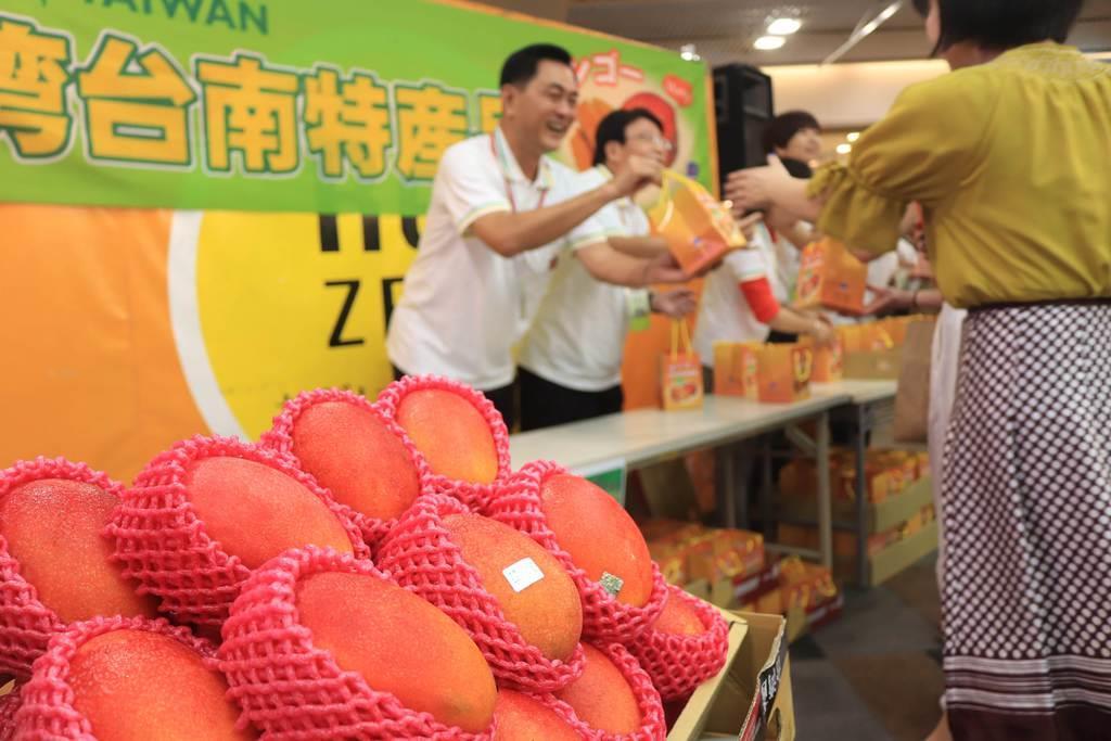 台南市議会の議長や議員らが台南産のマンゴーをPRした=京都市中京区(小川恵理子撮影)