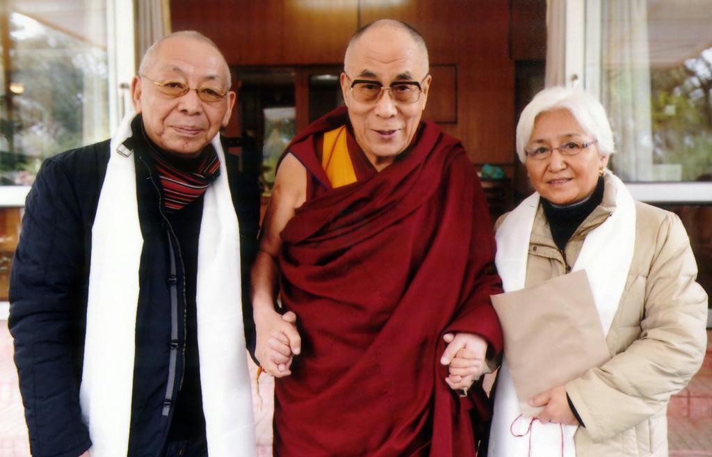 法王ダライ・ラマ14世(中央)を訪問した西蔵ツワンさん夫妻=2013年2月、インド北部ダラムサラ