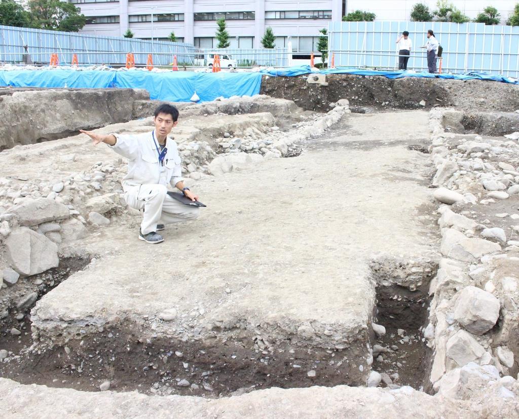 旧青葉小跡地から野面積みで作られた石垣と道路が発見された=静岡市葵区(石原颯撮影)