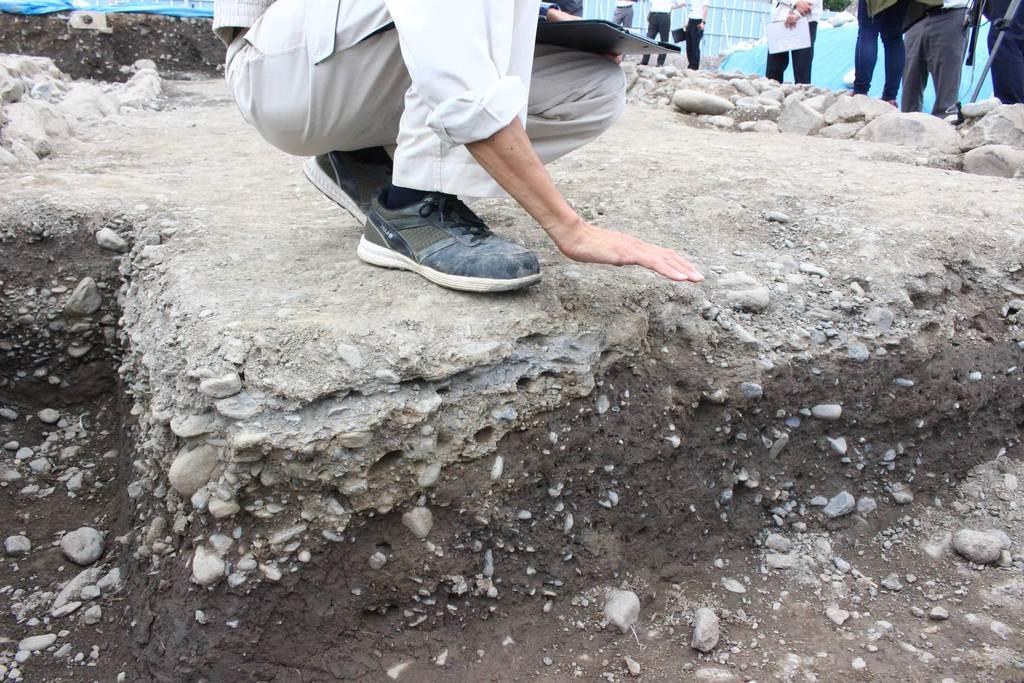 道路下には土の層ができており、上から砂利を被せて整備した痕跡が残る=静岡市葵区(石原颯撮影)