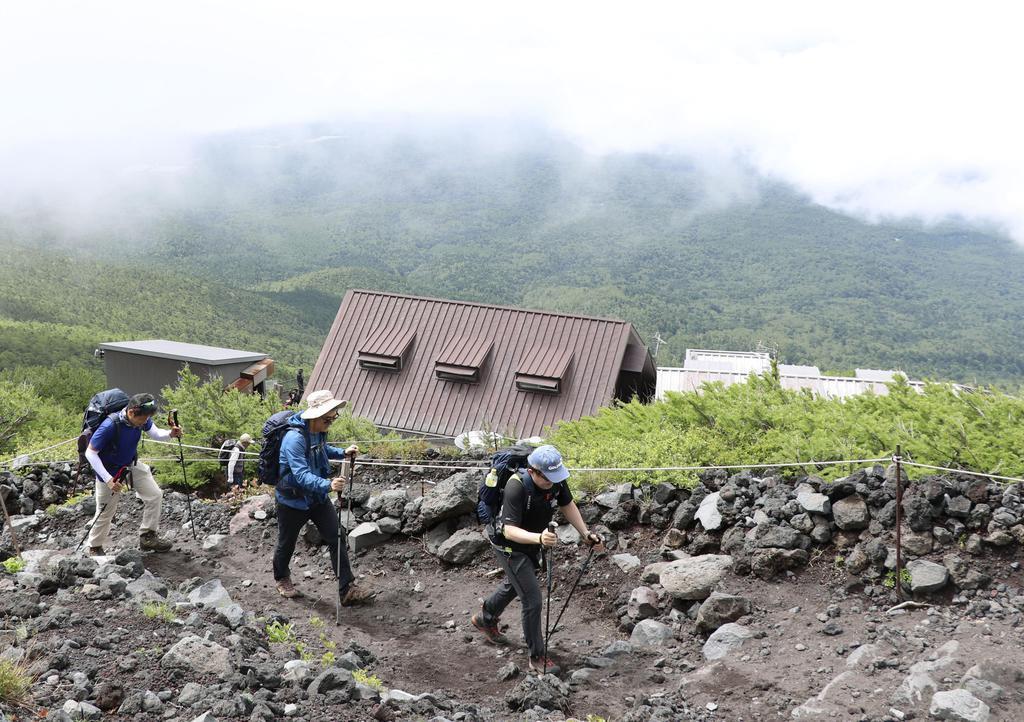 富士山の静岡県側登山道が山開きを迎え、富士宮ルートを登る登山者=10日午前9時半ごろ