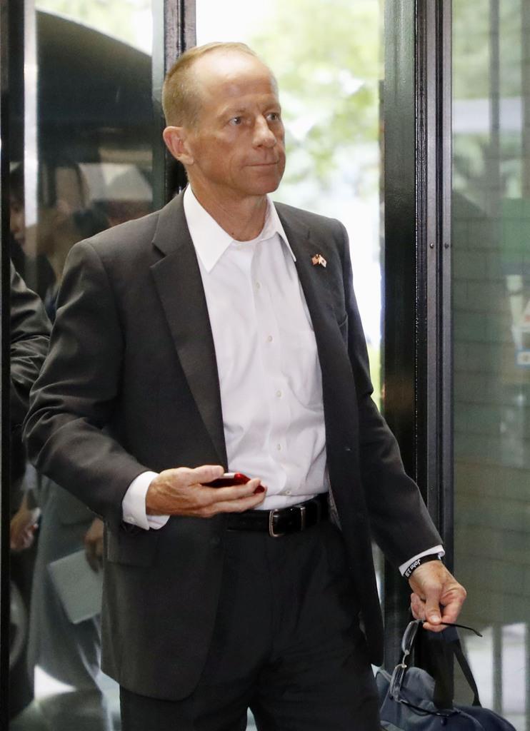 外務省に入る米国のスティルウェル国務次官補=12日午後