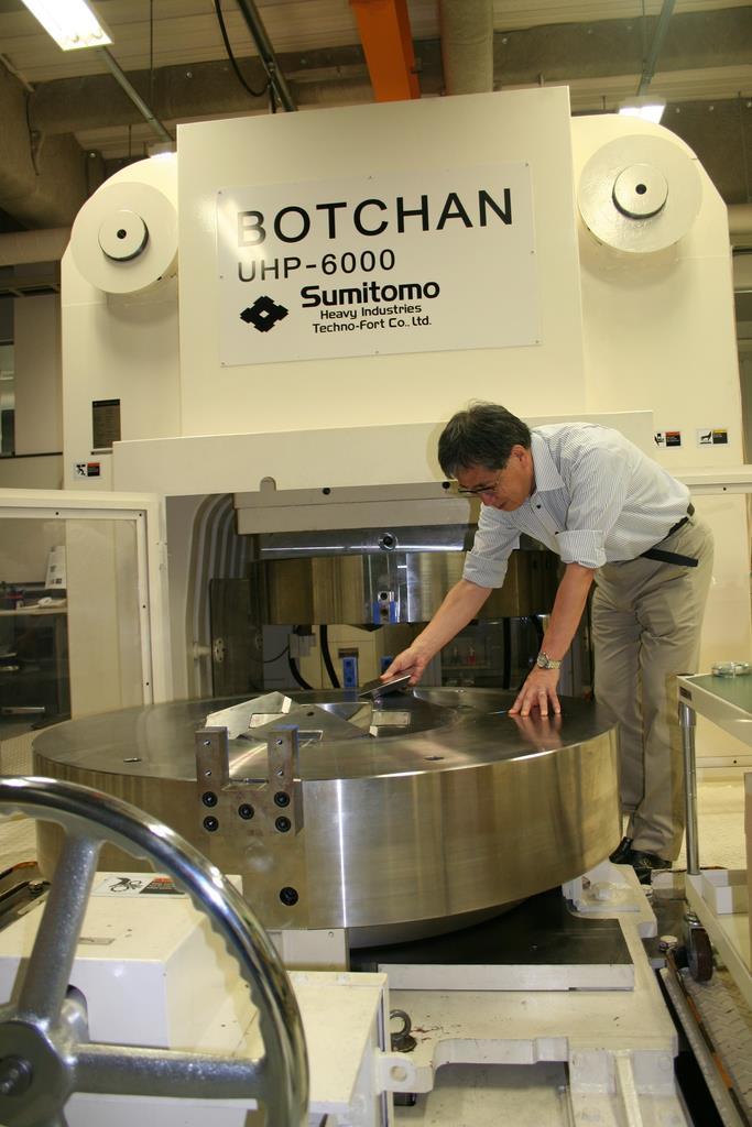 愛媛大地球深部ダイナミクス研究センターにある超高圧合成装置「BOTCHAN」=6月