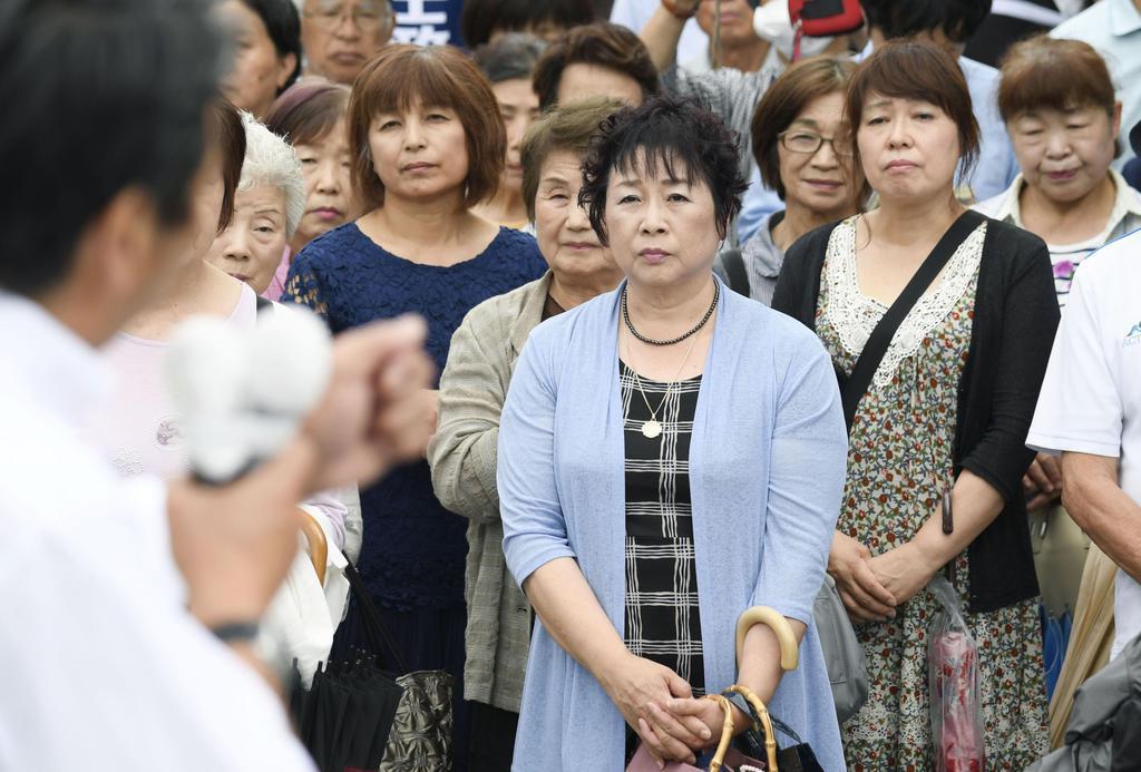 参院選が公示され、街頭演説を聞く有権者ら=7月4日、静岡県掛川市