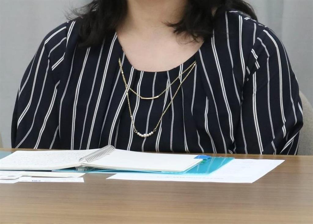 残業代の支払いを求めて提訴した原告の女性職員=11日、県庁(竹之内秀介撮影)