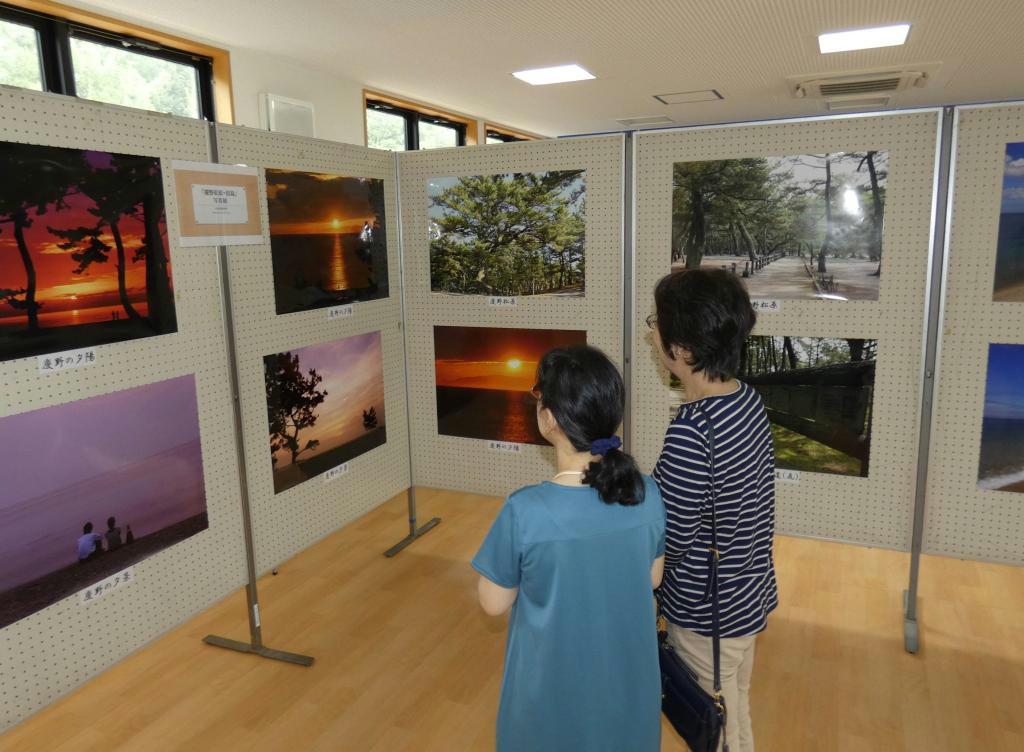 陸の港西淡で開かれている「慶野松原・沼島」写真展=南あわじ市志知鈩
