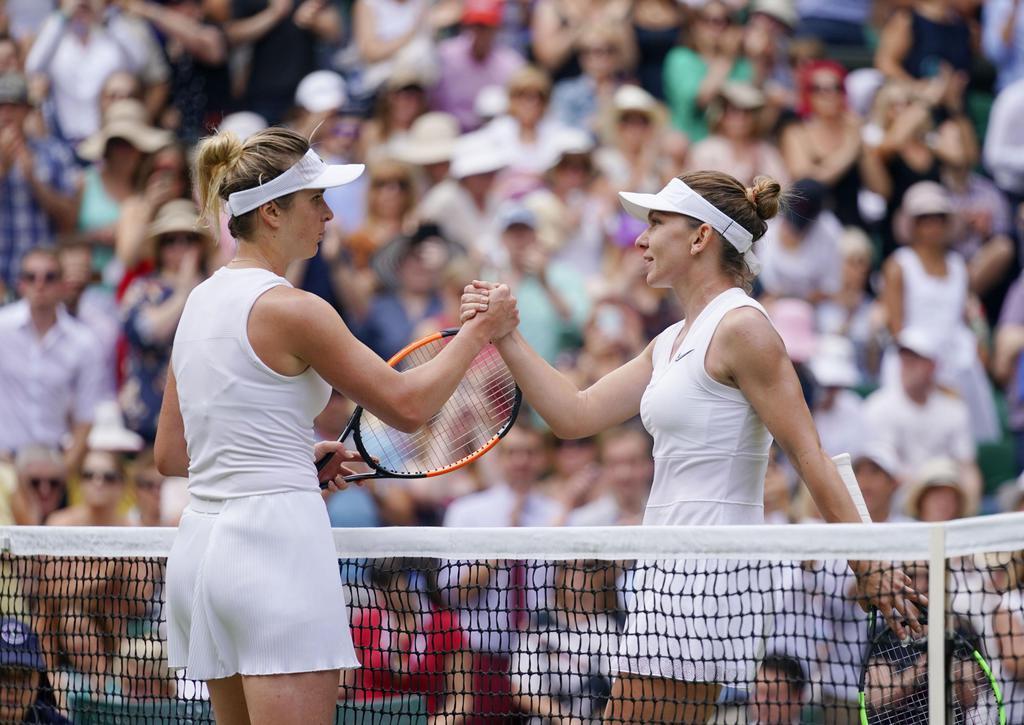 女子シングルス準決勝 エリナ・スビトリナ(左)を破り、握手するシモナ・ハレプ=ウィンブルドン(共同)