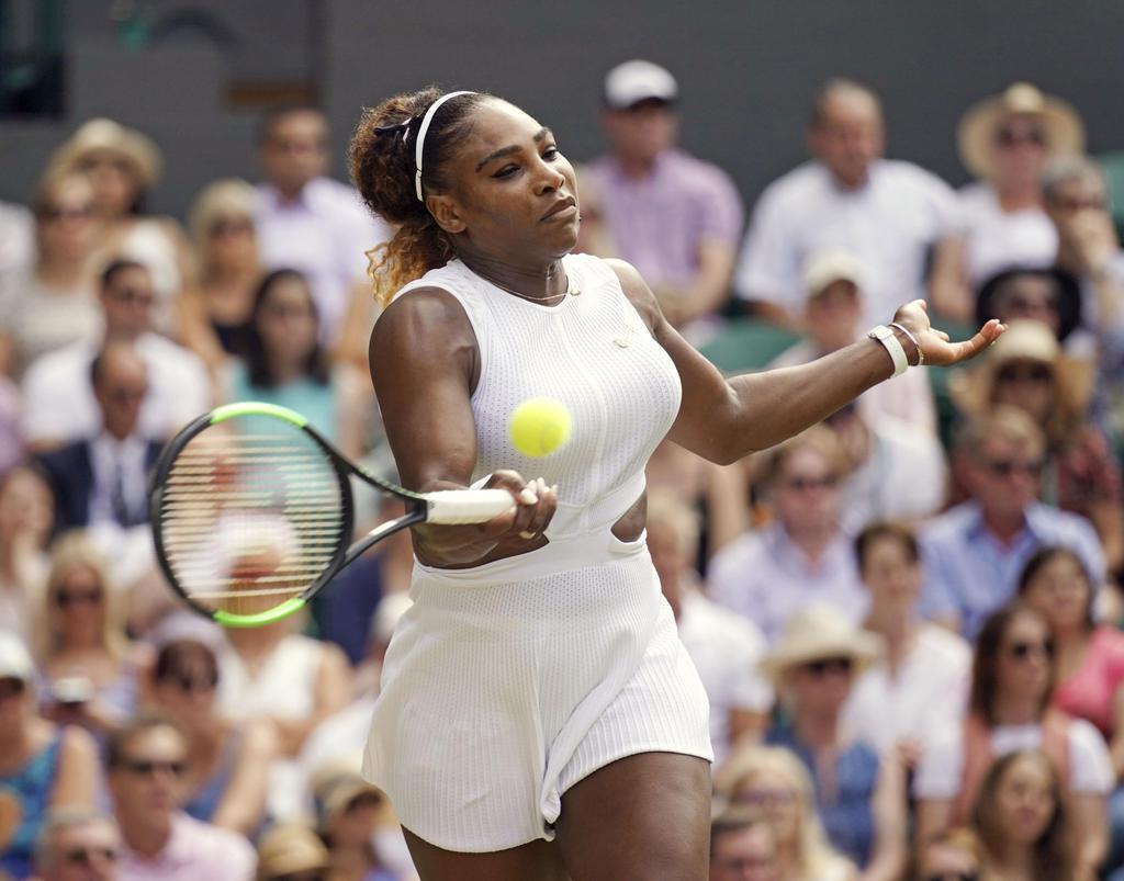 女子シングルス準決勝 バルボラ・ストリコバに勝利したセリーナ・ウィリアムズ=ウィンブルドン(共同)