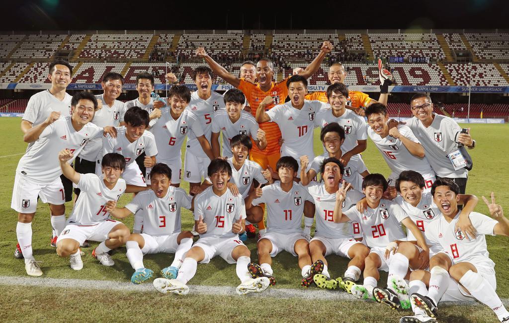 地元イタリアを破り、決勝進出を喜ぶサッカー男子日本の選手たち=サレルノ(共同)