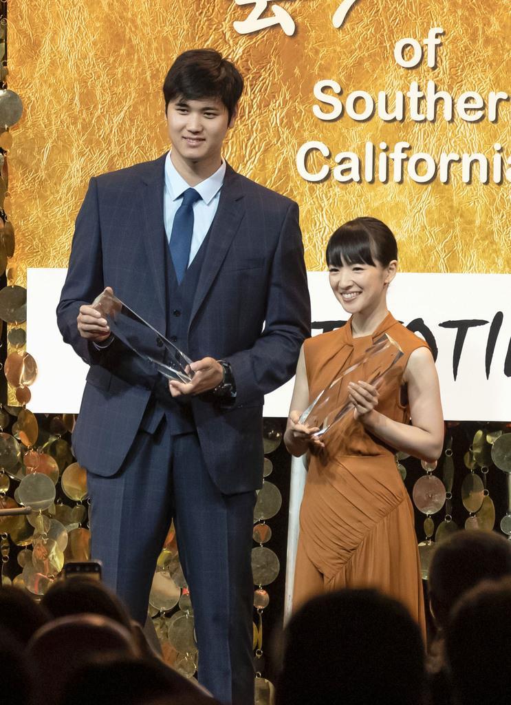 南カリフォルニア日米協会から「国際市民賞」を受賞したエンゼルス・大谷翔平(左)と近藤麻理恵さん=11日、アナハイム(共同)