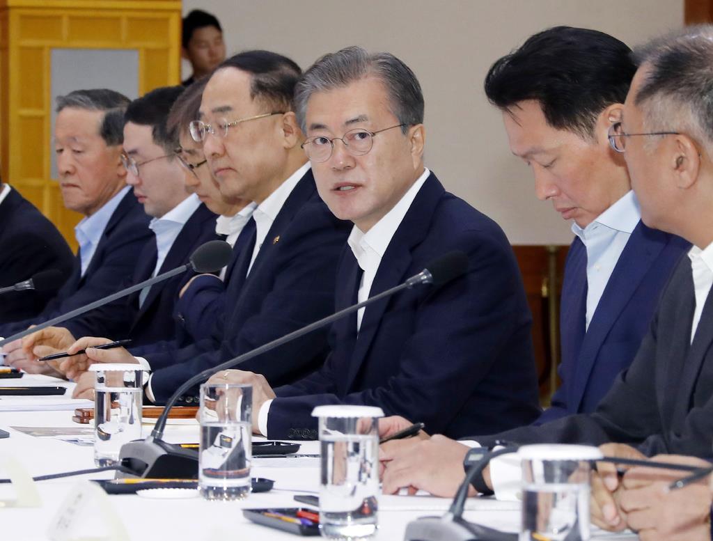 (右から3人目)韓国の文在寅大統領(AP)