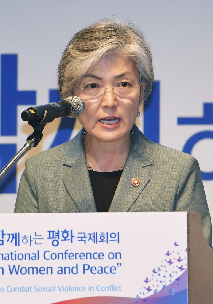 2日、ソウルで開かれた国際会議で発言する韓国の康京和外相(共同)