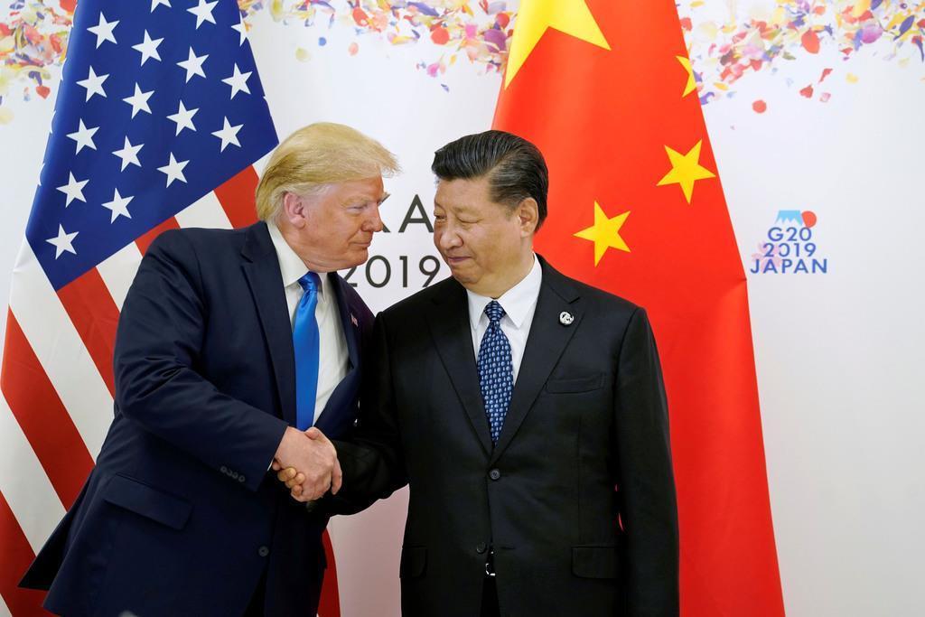 G20で会談を前に握手したトランプ米大統領(左)と中国の習近平国家主席=6月29日、大阪市(ロイター)