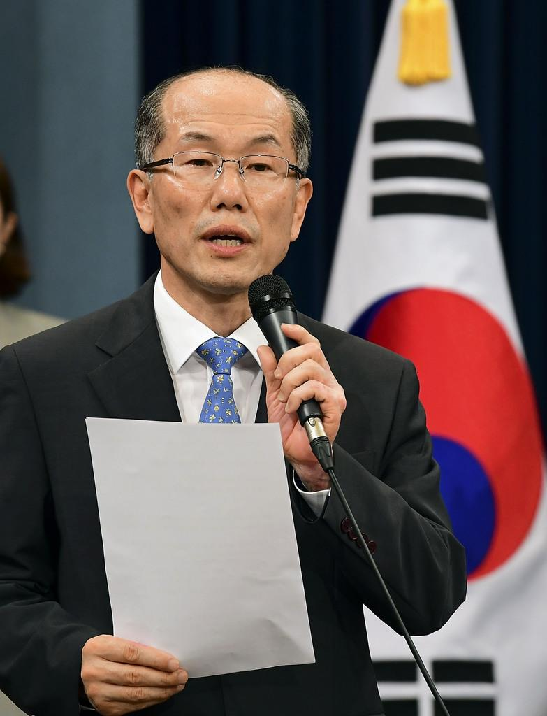 韓国大統領府で記者会見する金有根・国家安全保障会議事務処長=12日、ソウル(共同)