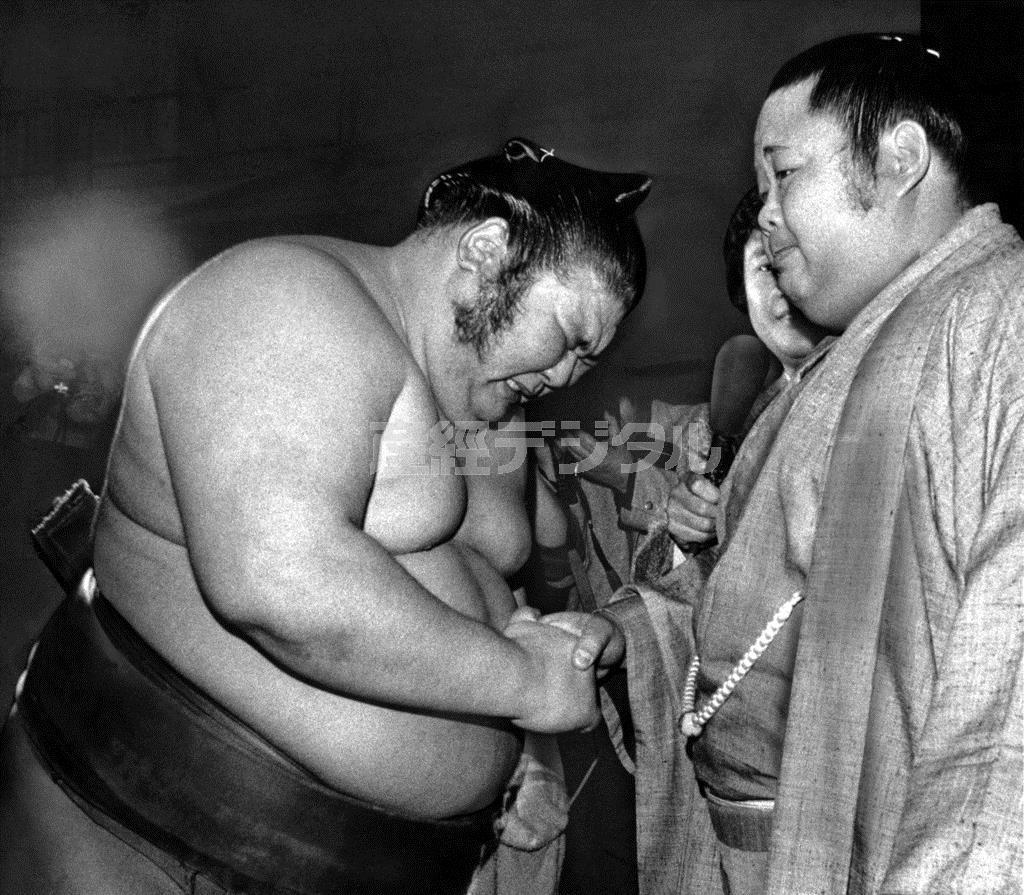 初優勝して先輩の富士桜(右)と握手し号泣する朝潮=昭和60(1985)年