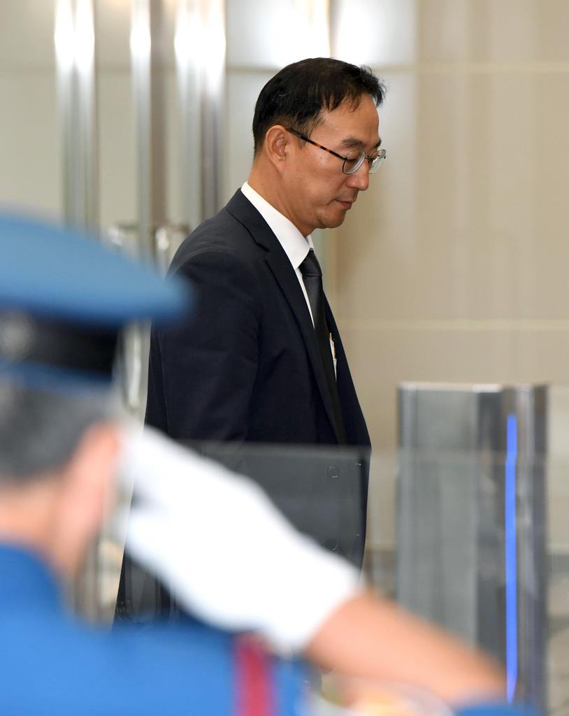 半導体輸出に関する日韓の事務レベル会合に出席するため、経済産業省に到着した韓国側の担当者=12日、東京都千代田区(鴨川一也撮影)