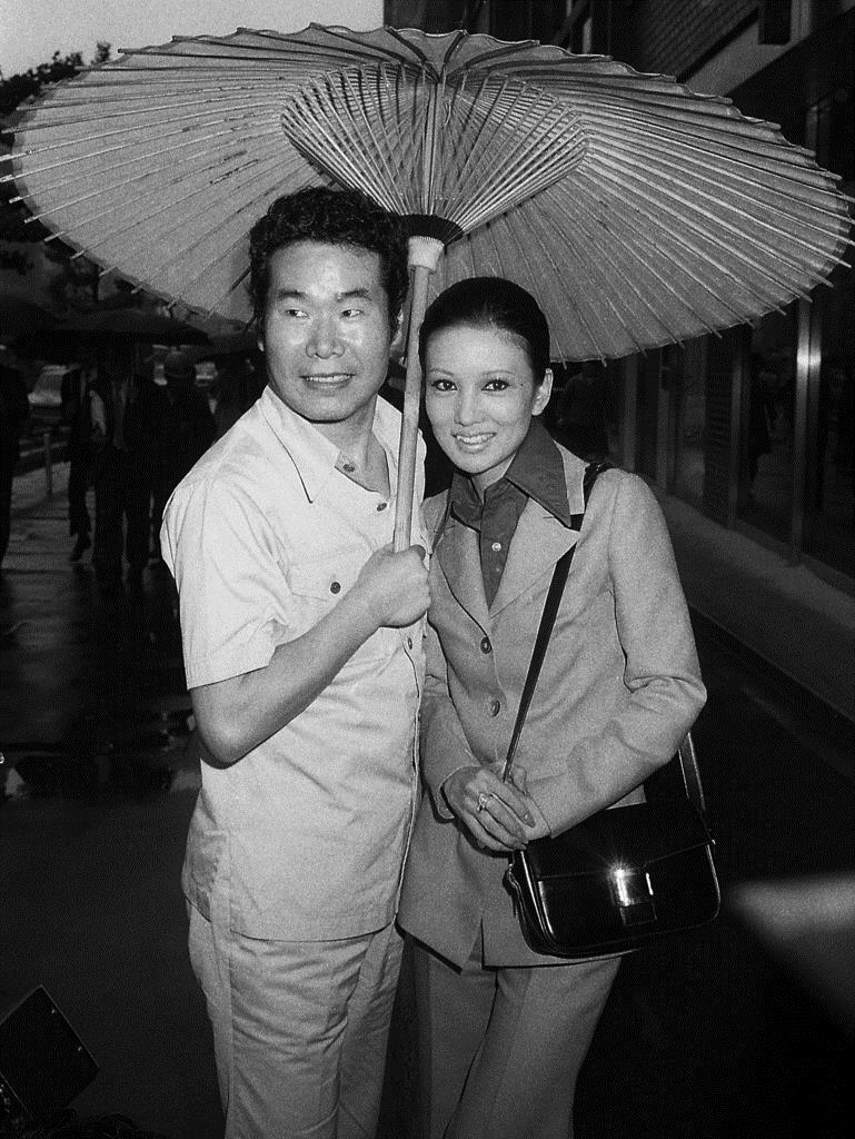 第11作「寅次郎忘れな草」の制作発表に臨む渥美清(左)と浅丘ルリ子=昭和48年5月9日、東京・築地