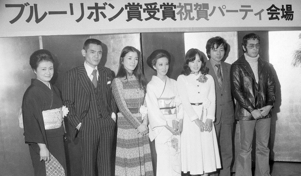 第18回ブルーリボン賞の受賞祝賀パーティーで記念撮影に収まる、倍賞千恵子(左から3人目)、浅丘ルリ子(同4人目)、山田洋次監督(右から2人目)ら。この年の「男はつらいよ」第15作で、浅丘は主演女優賞、倍賞は助演女優賞を受賞した=昭和51年1月30日、東京