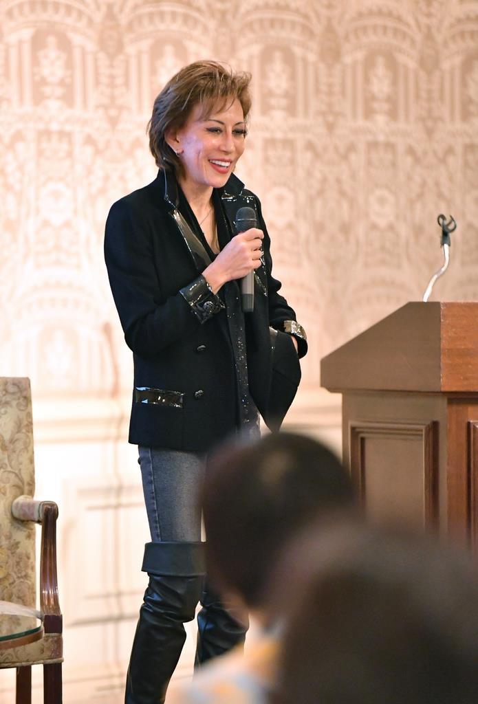 「WOMEN」講演するG20のエンゲージメントグループ「W20」共同代表の吉田晴乃さん=1日午後、大阪市北区のザ・リッツカールトン大阪(南雲都撮影)