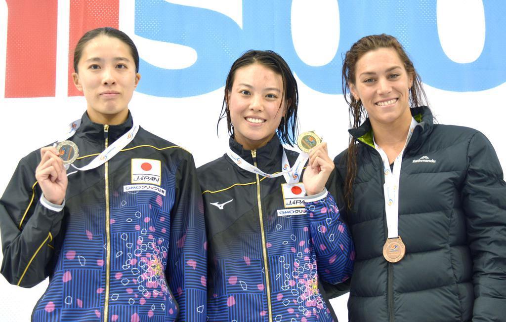 シドニー・オープン女子200メートル個人メドレーで優勝した大本里佳(中央)。左は2位の大橋悠依=5月、シドニー(共同)