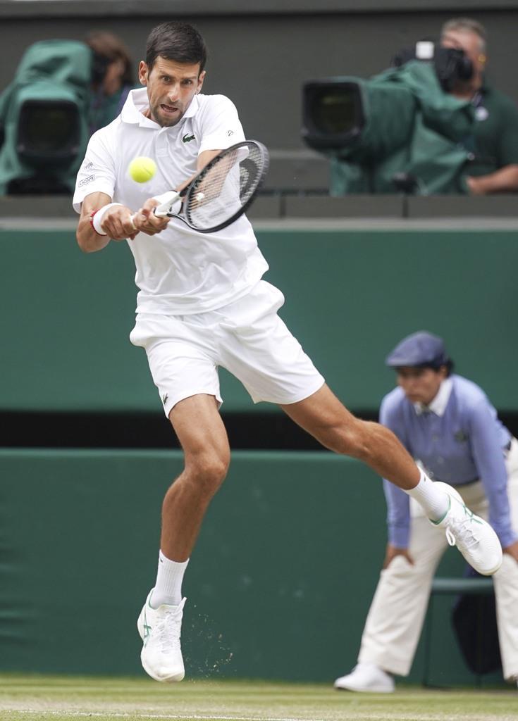 男子シングルス準決勝でロベルト・バウティスタと対戦するノバク・ジョコビッチ=ウィンブルドン(共同)