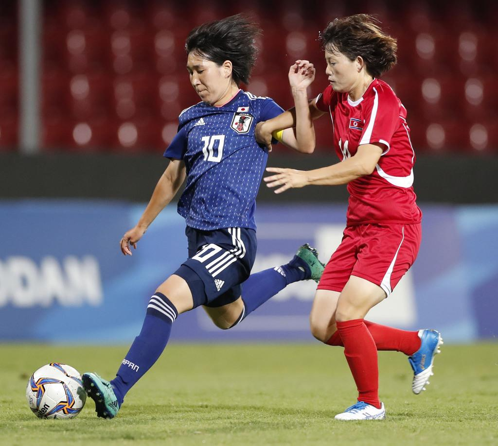 女子サッカー決勝 日本-北朝鮮 前半、シュートを放つ今井(左)=ベネベント(共同)