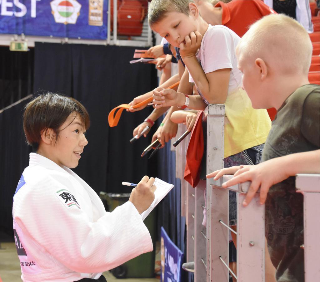 子どもたちにサインを求められる女子52キロ級で優勝した前田千島=ブダペスト(共同)