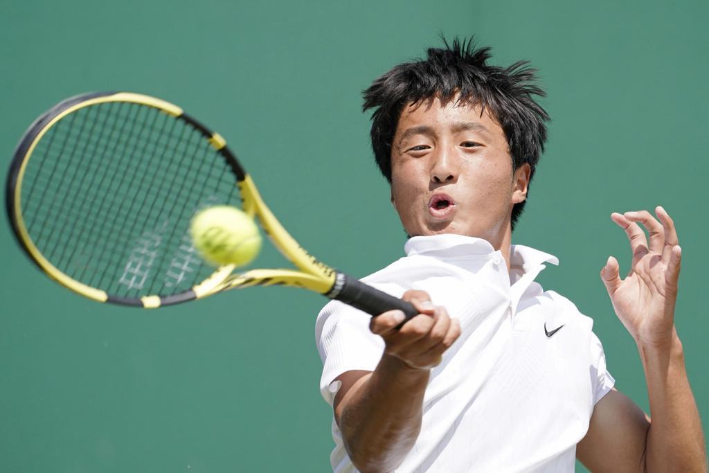 ウィンブルドン・ジュニア選手権の男子シングルス準決勝でプレーする望月慎太郎=ウィンブルドン(共同)