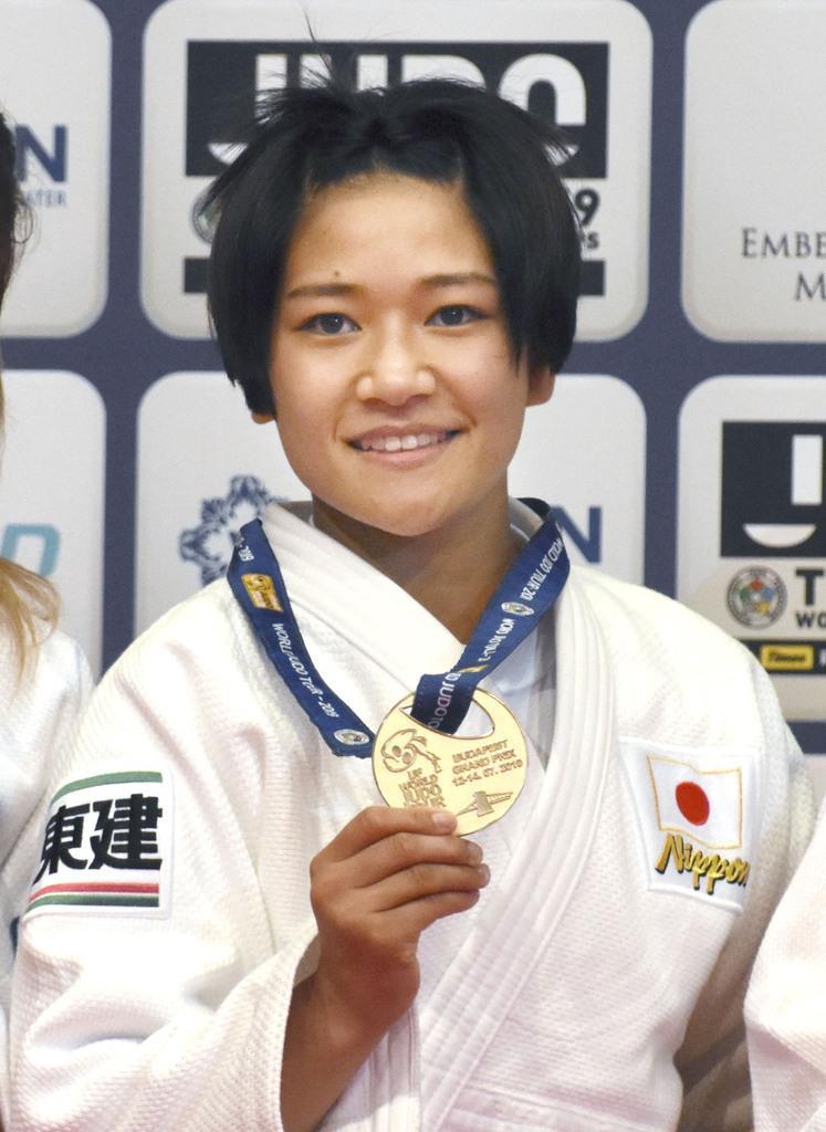 女子48キロ級で優勝し、金メダルを手にする渡名喜風南=ブダペスト(共同)