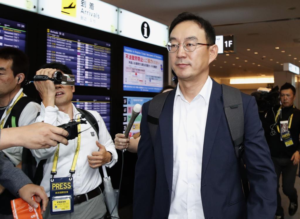 半導体材料の輸出規制強化に関する事務レベル会合に出席するため、羽田空港に到着した韓国側の担当者=12日午前
