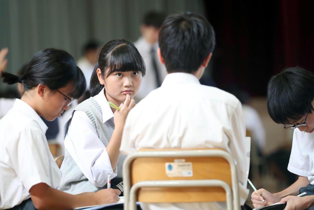 真剣な表情で拉致問題に関するディスカッションを行う3年生の生徒ら(桐山弘太撮影)
