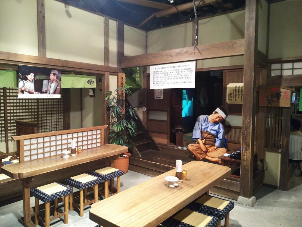 撮影で使ったテーブルや椅子を使って「とらや」を再現した葛飾柴又「寅さん記念館」=平成29年9月、東京都葛飾区