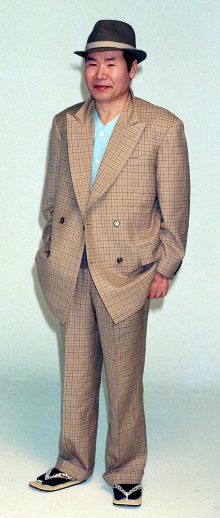 東京・銀座で平成2年、映画のポスター撮影に臨む渥美清。「フーテン」を四半世紀演じ続けた