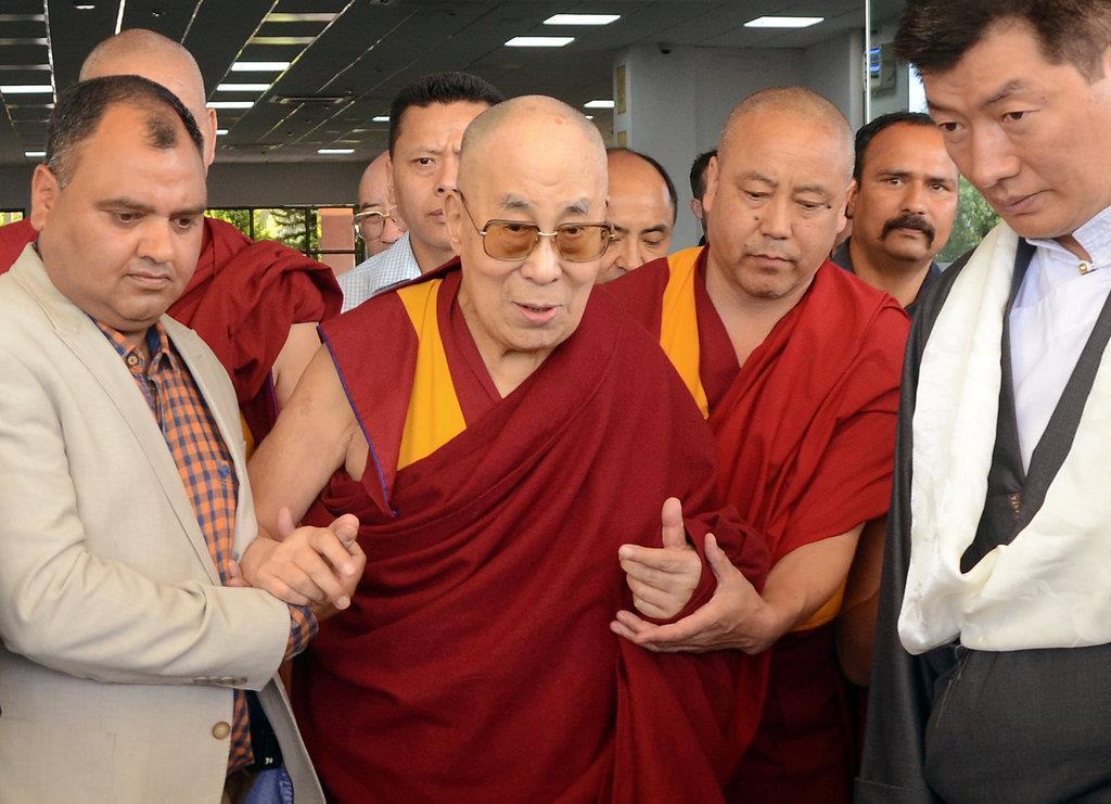 チベット仏教最高指導者、ダライ・ラマ(中央)=2019年4月26日、インド・ダラムサラ(ロイター)