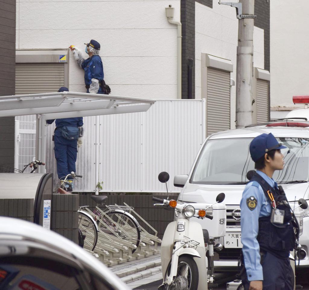 男子高校生が男に襲われた住宅などを調べる捜査員=16日午前、埼玉県蕨市