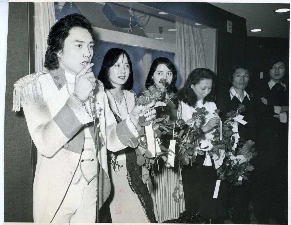 バラをプレゼントする(左から)にしきのあきらさん、奈美悦子さん、純アリスさんら=昭和50年3月、梅田コマ