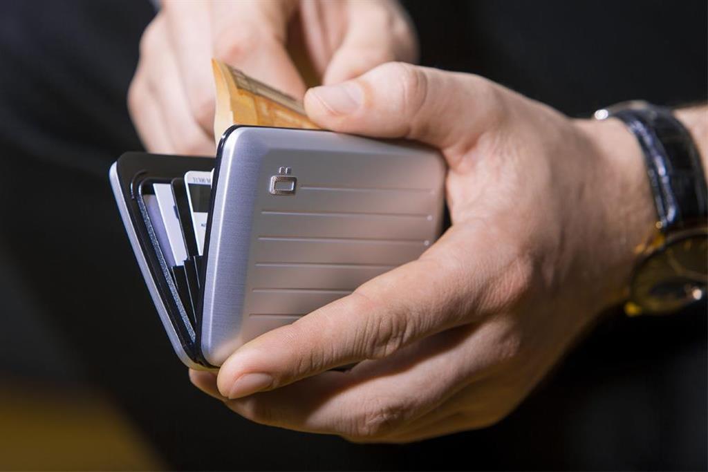 アルミニウムボディのスタイリッシュなカードケース