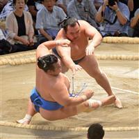 鶴竜11連勝、首位守る 1敗白鵬不戦勝、2敗2人