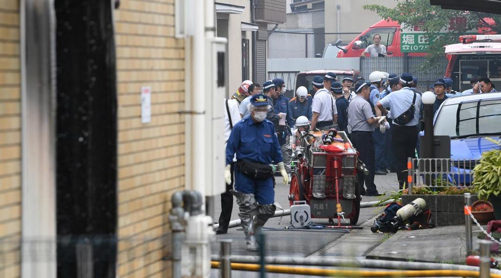 京アニ火事 「あっという間に燃え広がった」 外壁にへばりつく避難者も - 産経ニュース